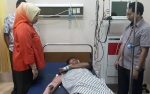Video Bupati Kobar Jenguk Korban Kecelakaan Bus Yessoe