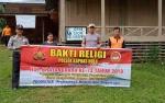 Personel Polsek Kapuas Hulu Kerja Bakti Bersihkan Gereja Sion