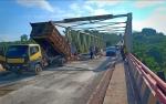 Konvoi Kendaraan Besar Penyebab Rusaknya Jalan di Jembatan Sintang