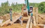 Anggota TNI Bangun Jembatan Menuju Lokasi TMMD di Desa Pangkut