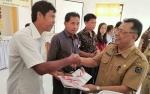 Sekda Seruyan Serahkan Laporan Hasil Pemeriksaan Bantuan Keuangan Partai Politik