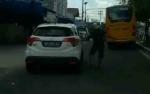 Video Aksi Pengendara Motor Pukul Mobil HRV di Pangkalan Bun Viral