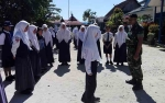 Personel Kodim Latih Siswa Baru SMK Negeri 2 Kuala Kapuas
