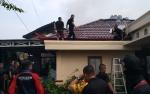 Video Pemadam Kebakaran Jinakkan Api di Rumah Ketua RT Jalan Rinjani