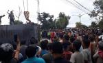 Miris! Evakuasi Korban Tertimpa Kontainer, Warga Asyik Memoto dan Merekam