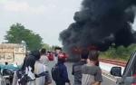 Sebuah Bus Terbakar di Jembatan Tumbang Nusa