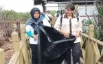 Aksi Pungut Sampah Warnai Hari Konservasi Alam Nasional