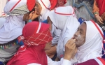Lomba Rias Wajah Ibu Lansia dengan Mata Tertutup Meriahkan Hari Kemerdekaan