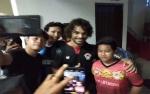 Penonton Abadikan Foto dengan Gustavo Seusai Hattrick Melawan Bhayangkara FC
