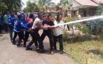 Kapolsek Kapuas Hilir Berjibaku Bantu Padamkan Kebakaran Rumah Warga Saka Pinang
