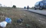 Sampah Rumah Tangga Berserakan di Tepi Jalan Soekarno - Hatta Kasongan