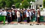 Santri dan Ustadz Pondok Pesantren Darul Amin Sampit Dirikan Salat Minta Hujan