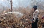Personel Polres Katingan Bantu Tim Gabungan Padamkan Lahan di Desa
