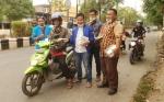 Legislator ini Bagikan Masker di Tengah Kabut Asap Menyelimuti Kota Sampit