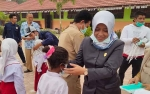 Anggota DPRD Bersama Karang Taruna Kabupaten Kotawaringin Barat Bagikan Masker