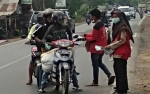 PMR SMAN 1 Kapuas Timur Bagi Masker untuk Warga Cegah Dampak Kabut Asap