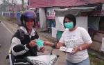 Komunitas Sahabat Peduli Sesama Gunung Mas Bagi Masker kepada Warga Kuala Kurun