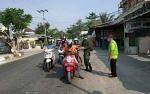 Satgas Mandiri di Kabupaten Kapuas Bagikan Masker Cegah Dampak Kebakaran Hutan dan Lahan