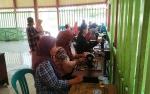 Ibu Rumah Tangga Desa Pandrai Permai Ikuti Pelatihan Menjahit