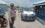 Personel Polsek Kapuas Barat Lakukan Pengamanan di Feri Penyeberangan Mandomai