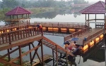Disbudparpora Barito Utara Benahi Fasilitas Objek Wisata Dam Trinsing dengan Buat Gazebo Terapung