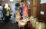 Perempuan ini Lestarikan Peralatan Kerja dan Rumah Tangga Kuno di Rumah Anjungan