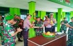 Jajaran Polres Barito Utara Serahkan Tumpeng HUT TNI ke Kodim 1013 Muara Teweh