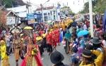 Ribuan Masyarakat Padati Jalan Pangeran Antasari Saksikan Pawai Budaya Nasi Adab