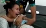Video Ibu Muda Menangis Histeris sambil Menggendong Bayinya yang telah tidak Bernyawa Beredar lewat WhatsAPP
