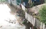 Kelurahan Mentawa Baru Hilir Bersihkan Sungai Teluk Dalam dari Kotoran Sampah