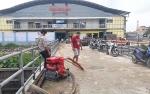 BPBD Kobar Bantu Penuhi Kebutuhan Air Pedagang Ikan di Pasar Indra Sari
