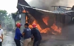 Video Kebakaran Bengkel dan Toko Kelontong di Jalan Padat Karya