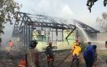 Warga Dikagetkan Terbakarnya Sebuah Rumah Dinas di Kapuas