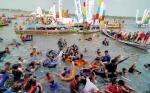Ribuan Warga dan Wisatawan Meriahkan Tradisi Mandi Safar di Sampit