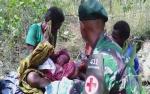 Anggota TNI Bantu Persalinan Warga di Tengah Hutan