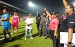 Gubernur Salami Pemain Kalteng Putra dan Sapa Suporter Usai Laga Kontra Persib Bandung