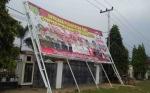 Angin Kencang Tumbangkan Pohon dan Papan Reklame di Tamiang Layang