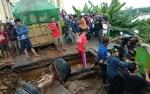 Anggota Polres Seruyan Atur Lalu Lintas di Jalan Ambas Asam Baru
