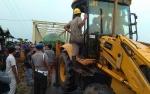 Warga Desa Asam Baru Gotong Royong Bikin Jembatan Darurat agar Kendaraan Roda 2 Bisa Lewat