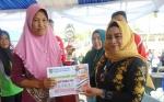 Ketua TP PKK Serahkan Hadiah Pemenang Lomba Hari Ikan Nasional