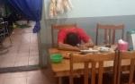 Pria Tak Dikenal Diduga Mabuk Tertidur di Warung Makan Bikin Penjaga Takut