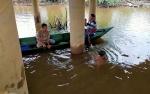Sejumlah Warga Menyelam Cari Korban Tenggelam di Sungai Mentaya