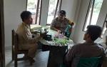 Anggota Polsek Kapuas Murung Sambangi Kantor Desa Palingkau Asri Sampaikan Pesan Kamtibmas