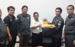 KPU Seruyan Serahkan Buku Profil Anggota DPRD