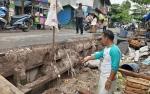 Jalan Depan Pasar Desa Pembuang Hulu Amblas