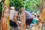 Dikepung Banjir, Nenek Ini Terpaksa Digendong Kapolsek Pahandut