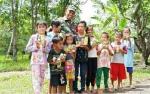 Babinsa Koramil Mandomai Lakukan Kegiatan Sosial Bagikan Minuman Bergizi kepada Anak-Anak