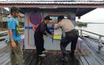 Kapolsek Kapuas Barat Ingatkan Penumpang Mobil Keluar saat Naik Feri Penyeberangan
