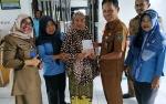 Dinsos Seruyan Serahkan Bantuan Family Support Untuk Lansia
