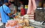 Pedagang Kue Kering di Gunung Mas Masih Sepi Pembeli